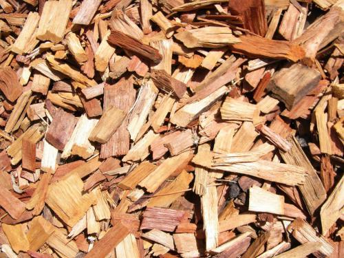 """Materiais """"castanhos"""" são compostados juntamente com """"verdes"""", para fazer um composto equilibrado"""